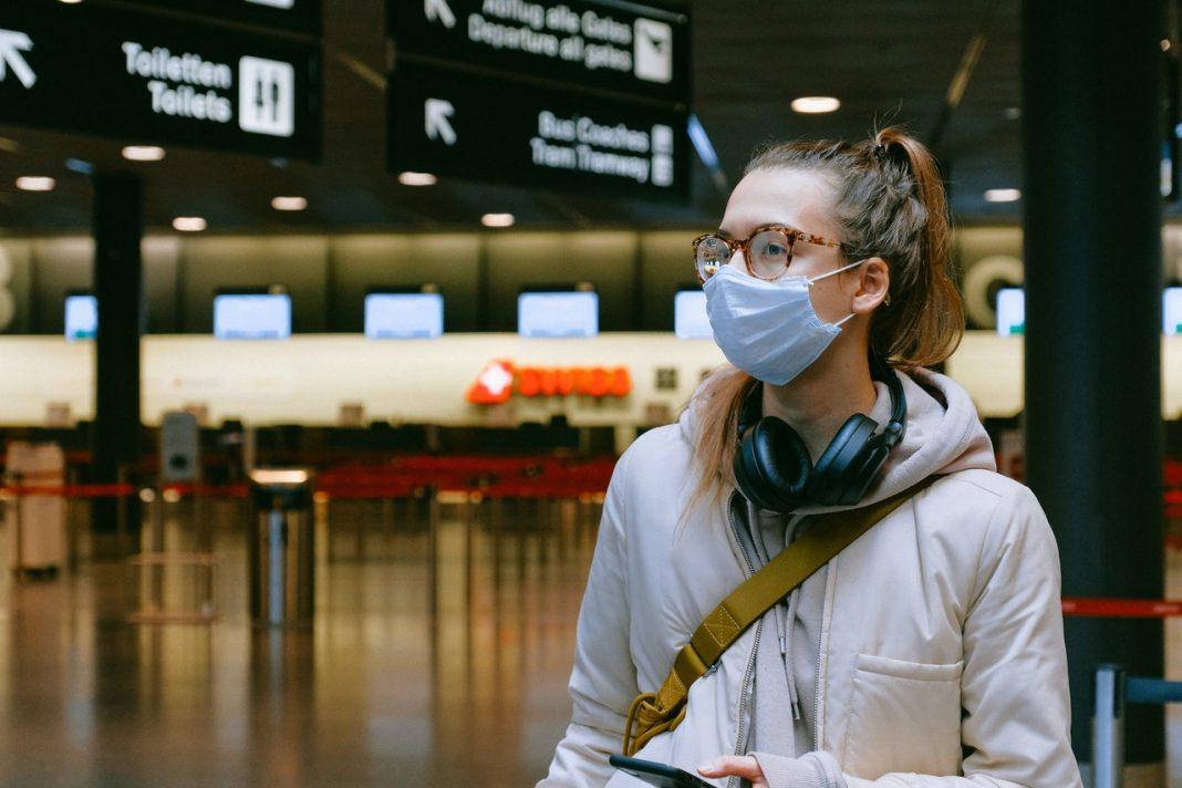 Novas medidas sanitárias em aeroportos e aeronaves reforçam uso de máscaras e proteção aos passageiros e profissionais